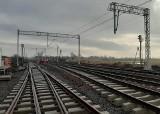 Remont linii kolejowej z Łodzi do Kutna na półmetku. Pociągi przyspieszą do 120 km/h