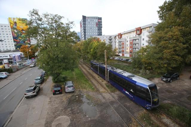 Tramwaje pojadą na Nowy Dwór dopiero w 2023, a budowa trasy może potrwać  nawet trzy lata. W sumie chodzi o 7 kilometrów. Tramwaje i autobusy będą wyruszać z placu Orląt Lwowskich, trasa poprowadzona zostanie w ciągu ulicy Strzegomskiej i Rogowskiej aż na Nowy Dwór. Już teraz prowadzone są intensywnie prace na odcinku od placu Orląt Lwowskich do ulicy Smoleckiej. Właśnie rozpoczynają się roboty przy wiadukcie na Smoleckiej. Zobaczcie zdjęcia - posługujcie się klawiszami strzałek, myszką lub gestami.