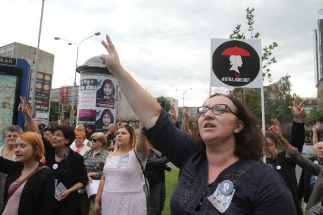 Nie, nie zalegalizujecie w Polsce przemocy domowej, póki choć jedna z nas będzie w stanie oddychać, mówić i kopać - zapowiada Marta Lempart z Ogólnopolskiego Strajku Kobiet