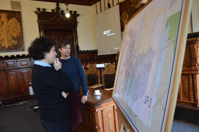 Aleksandra Mroczkowska, dyrektorka ZS nr 7 przy mapie nowych rejonów szkół.