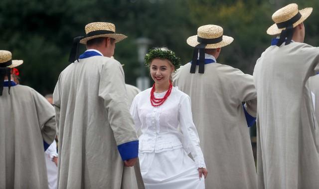 """Dziś w Rzeszowie odbyło się Narodowe Czytanie """"Wesela"""". Przygotowano wiele atrakcji, które zakończy pokaz specjalny Fontanny Multimedialnej, który rozpocznie się o godz. 20. zobacz też: Fontanna Multimedialna w Rzeszowie"""
