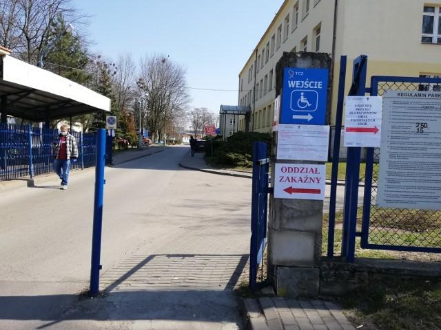 Są kolejne przypadki zakażenia koronawirusem w powiecie tomaszowskim. To kilkanaście nowych zakażeń, większość u personelu oddziału wewnętrznego szpitala w Tomaszowie Maz. CZYTAJ DALEJ NA NASTĘPNYM SLAJDZIE