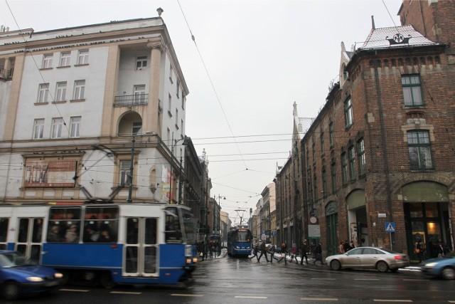 Skrzyżowanie ulic Długiej i Basztowej.
