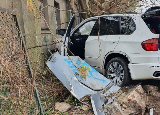 Do tragicznego w skutkach zdarzenia doszło również w sobotę po godzinie 14 na ulicy Wośnickiej. Jak wynika ze wstępnych ustaleń, 33-letni kierujący bmw na łuku drogi stracił panowanie nad pojazdem, wjechał na chodnik i potrącił dwóch mężczyzn po czym uderzył w drzewo. 18-letni pieszy zginął na miejscu zdarzenia, a 44-letni mężczyzna trafił do szpitala.