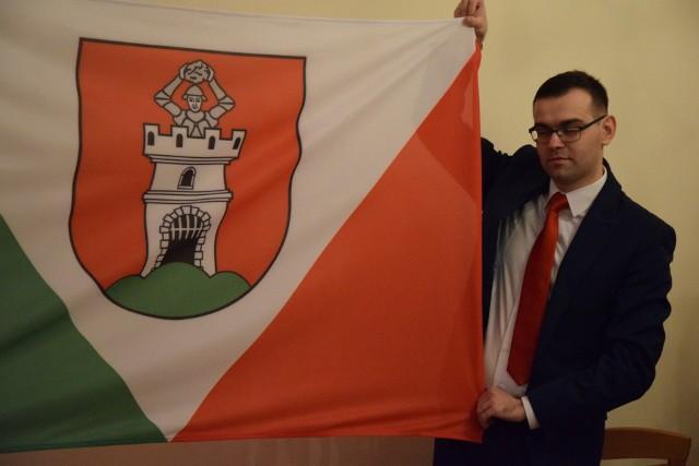 Tomasz Jędraszak zaprezentował flagę Otynia podczas sesji w grudniu