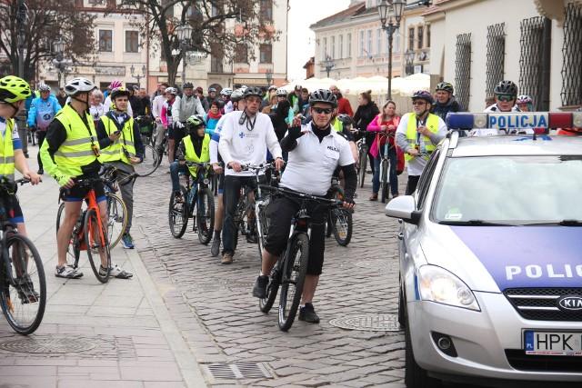 W sobotę na rzeszowskim Rynku zebrali się zagorzali cykliści, którzy oficjalnie zainaugurowali otwarcie tegorocznego sezonu rowerowego. ZOBACZ TEŻ: Kobieta spadła z roweru na drodze koło Huwnik w powiecie przemyskim. Na miejsce wezwano śmigłowiec LPR