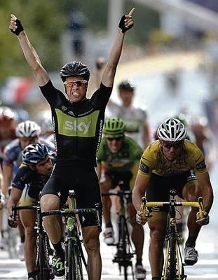 Edvald Boasson Hagen cieszy się z etapowego zwycięstwa. Z prawej lider wyścigu Thor Hushovd. Fot. PAP/EPA/NICOLAS BOUVY