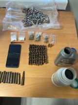 Zambrów. W garażu podejrzanego o posiadanie narkotyków znaleziono środki odurzające, a także nielegalną amunicję i proch strzelniczy