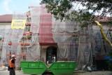 Remont pałacu Dietrichsteinów w Wodzisławiu Ślaskim. Rozbierają dach ZDJĘCIA