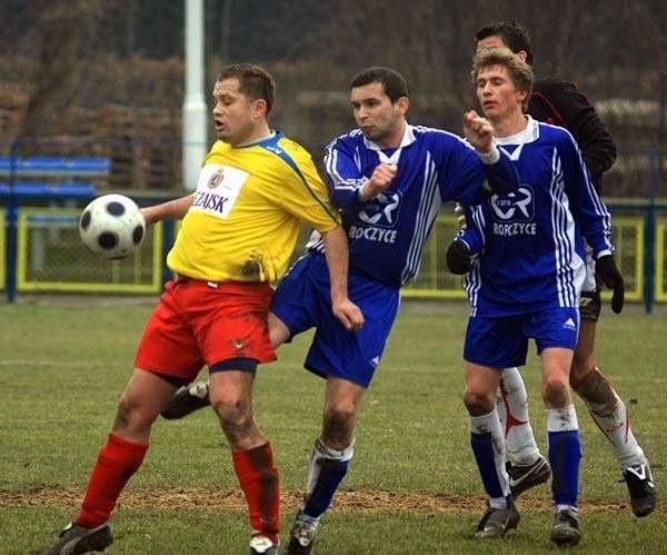 Błękitnych (niebieskie stroje) jeszcze nie wzmocnił żaden nowy piłkarz.