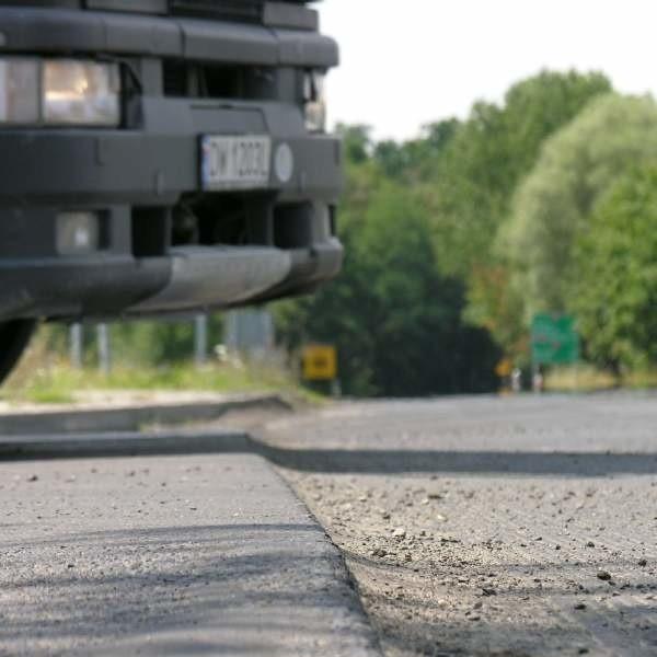Przy wyjeździe ze Skarbimierza drogowcy już zerwali asfalt.