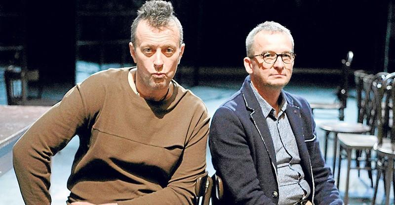 """Tymon Tymański (z lewej) oraz Jarosław Wojciechowski podczas próby przedstawienia """"Poczekalnia"""""""