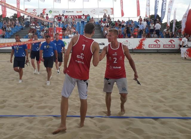 Michał Korycki (z prawej) pochodzi z Przysuchy. Grając w parze z Martinem Chiniewiczem wygrał turniej Plaża Open w Rybniku.