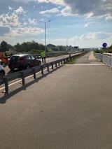 Niespodziewany remont ulicy wywołał korki w Rzeszowie. Mieszkańcy wściekli: Ktoś jest bez rozumu, żeby o 6 rano zablokować drogę