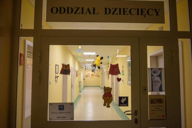 Siedmioletnia Nikola trafiła do chełmżyńskiego szpitala skrajnie odwodniona. Po kilkunastu godzinach od przyjęcia zmarła. O narażenie dziecka na utratę życia oskarżono 78-letnią dziś lekarkę, byłą koordynator oddziału dziecięcego. Według prokuratury zaniedbała diagnostykę i podanie antybiotyku.