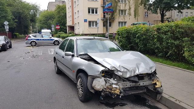 """Wypadek miał miejsce w środę, po godz. 16, na skrzyżowaniu ul. Młynarskiej i Organizacji WiN na Bałutach. Ford mondeo, kierowany przez 46-letniego mężczyznę jechał ul. Młynarską. Na skrzyżowaniu z ul. Organizacji WiN mężczyzna nie zatrzymał się przed znakiem """"stop""""."""