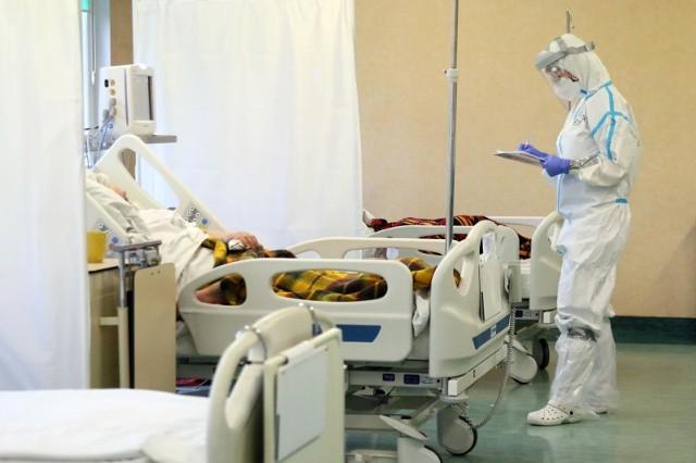 Epidemia koronawirusa w Polsce nieubłaganie przyspiesza. Liczba zakażonych SARS-CoV-2 systematycznie rośnie, na covid-19 zmarło kolejnych kilkaset osób.
