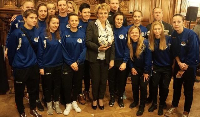 Prezydent Łodzi Hanna Zdanowska z piłkarkami UKS SMS Łódź podczas ubiegłorocznego spotkania
