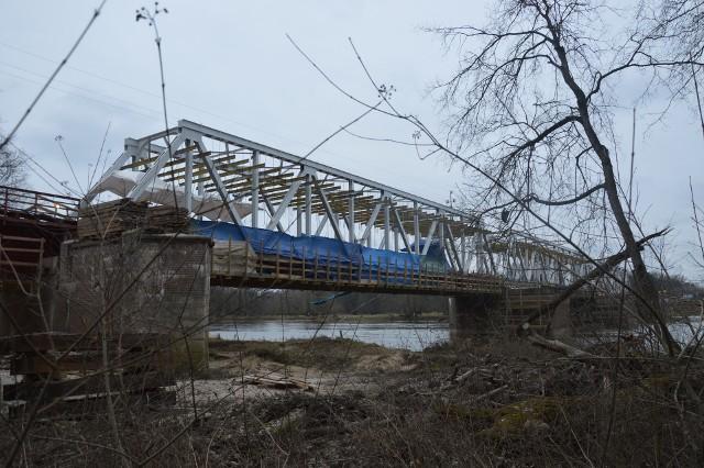 Tak przebiega modernizacja mostu kolejowego