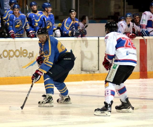 """W drugim z trzech przedsezonowych sparingów Orlika z Polonią """"nasz"""" Rosjanin Anton Tichomirow (z lewej) walczył na lodzie z Bartłomiejem Bychawskim. Teraz są kolegami z zespołu."""