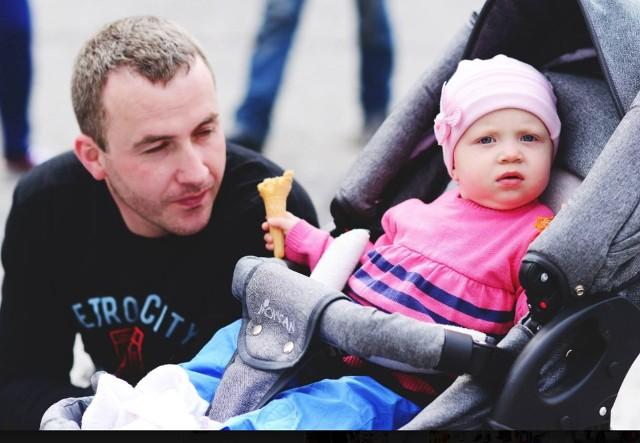 Mariusz Szczepko ze starszą córeczką Amelią. Młodszej, narodzonej pół roku temu Michaliny, jeszcze nie miał okazji zobaczyć...