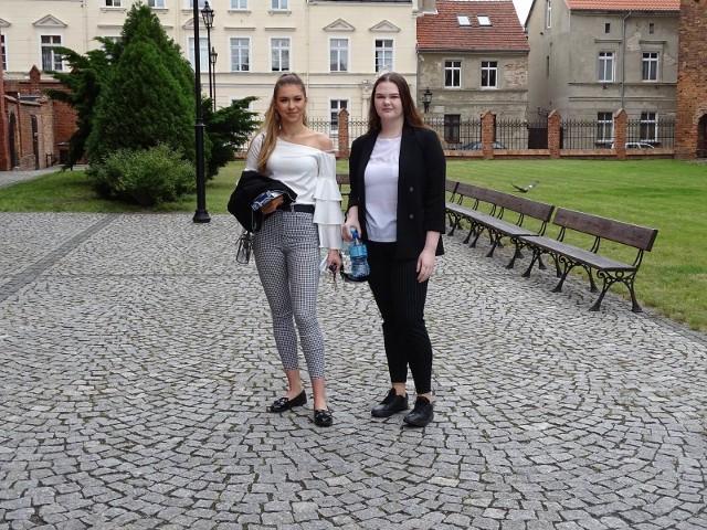 Tegoroczni maturzyści z ZSO nr 1 w Chełmnie (pozuje po 2 uczniów przed szkołą) i z ZS nr 2 w Chełmnie