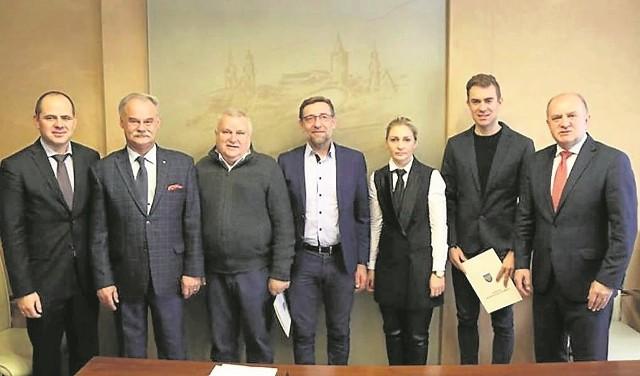 Wojciech Pszczolarski, kolarz torowy i student uczelni, (drugi z prawej) odebrał nagrodę z rąk marszałka województwa (stoi pierwszy z prawej).