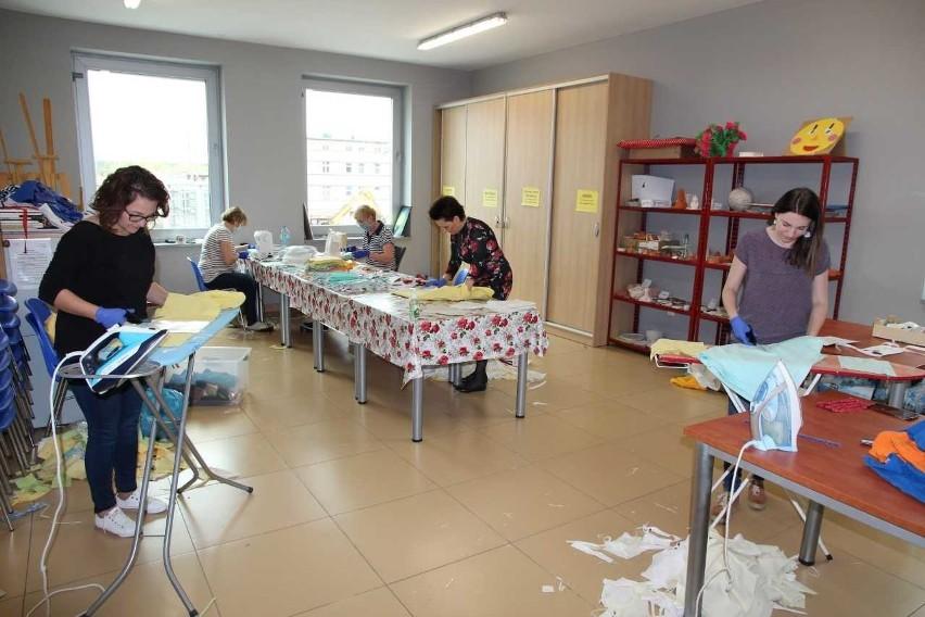 Maseczki szyją m.in. pracownicy Gminnego Ośrodka Kultury w Gogolinie.