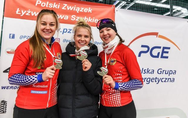 Zespół Pilicy Tomaszów Mazowiecki wywalczył złoto w drużynowym sprincie. Dla Karoliny Bosiek (w środku) był to piąty złoty medal na łyżwiarskich mistrzostwach Polski na dystansach