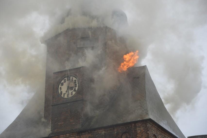 Ogień w wieży katedralnej pojawił się 1 lipca 2017. Strażacy...