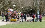 Jasne Błonia w Szczecinie. Mimo chłodu, słońce przyciągnęło spragnionych wiosny mieszkańców. Zobacz ZDJĘCIA
