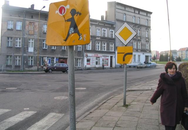 Te dwa znaki przy ulicy Portowej na pewno wymagają naprawy.