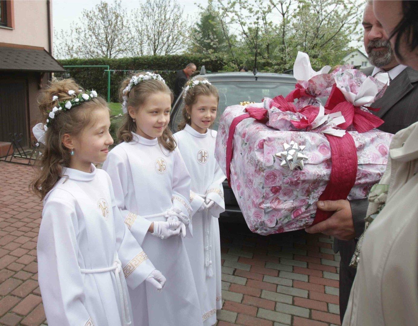 21c056bb4d Ile dać dziecku na komunię świętą  Przed tym dylematem staje wiele osób. Im  bliżej