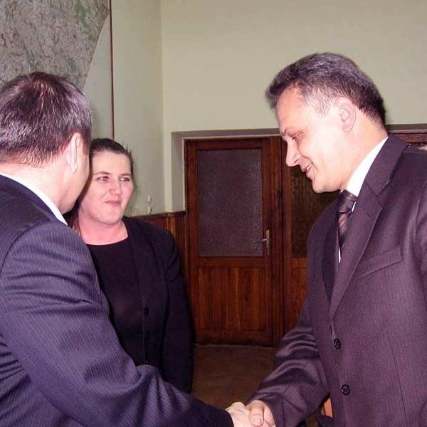 Krzysztof Gąsior (z prawej), przyjmuje gratulacje od szefa Rady Powiatu Piotra Korczaka. Obok Ewa Sudoł, odchodzący starosta