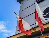Szerzyny. Zniszczone flagi państwowe na centrum handlowym. Heraldyk: doszło do znieważenia