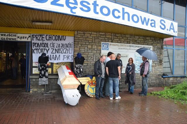 W czerwcu kierowcy częstochowskiego PKS-u urządzili symboliczny pogrzeb przedsiębiorstwa.Zobacz kolejne zdjęcia. Przesuwaj zdjęcia w prawo - naciśnij strzałkę lub przycisk NASTĘPNE