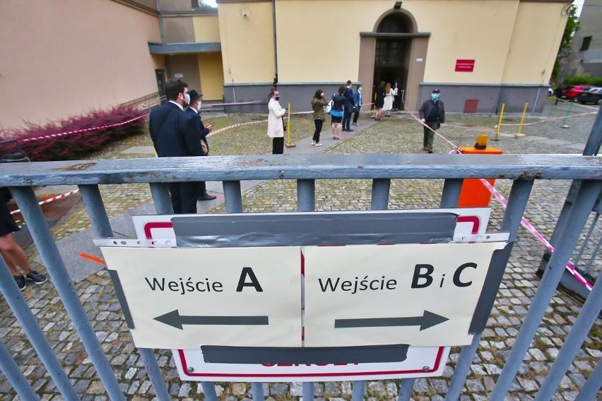 Matury 2020 we Wrocławiu. Tak wyglądają matury w czasach...