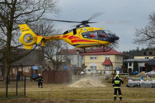 Strażacy z OSP Łabiszyn zabezpieczali miejsce do lądowania śmigłowca. Pomogli też w przeniesieniu ciężko chorej kobiety. Łabiszynianka została przetransportowana do szpitala