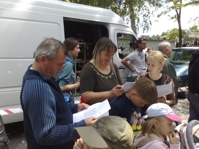 Całe rodziny podpisują dokumenty, które zezwolną na publikacje ich wizerunków w serialu.