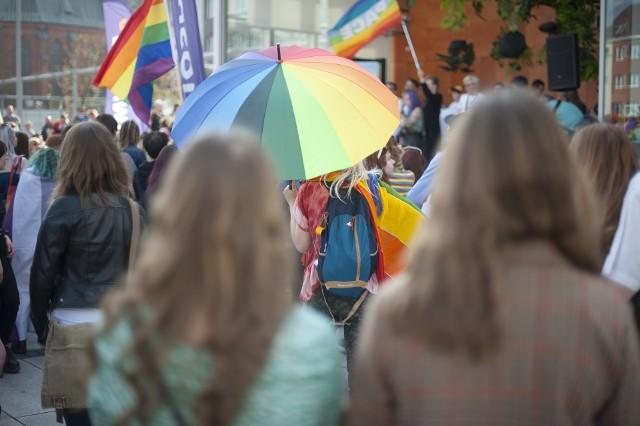 """Dwa licea ogólnokształcące z Łodzi znalazły się w pierwszej dziesiątce """"Rankingu Szkół LGBTQ+"""", ułożonego według przyjazności dla nastolatków nieheteronormatywnych. Miejskie IV LO jest na piątej pozycji, VI LO – na ósmej.>>> Czytaj dalej przy kolejnej ilustracji >>>"""