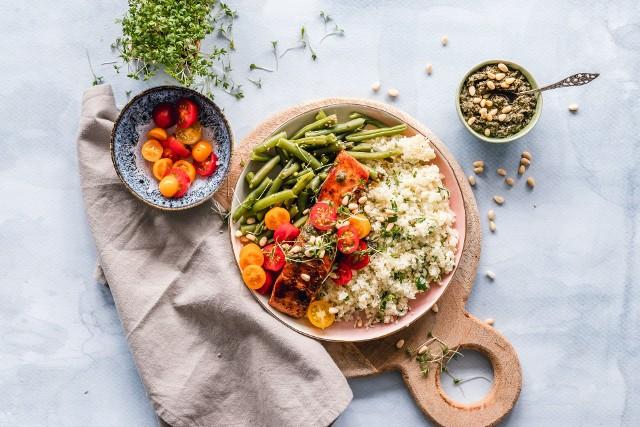 Dieta przy niedoczynności tarczycy powinna obfitować w mało przetworzone produkty, takie jak grube kasze, chude mięso, niskotłuszczowe produkty mleczne, warzywa, owoce i oleje roślinne.