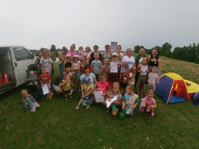 """Uczestnicy festynu zorganizowanego dla dzieci przez panie z Koła Gospodyń Wiejskich """"Grzmiączki"""" w Grzmiącej w gminie Wyśmierzyce."""