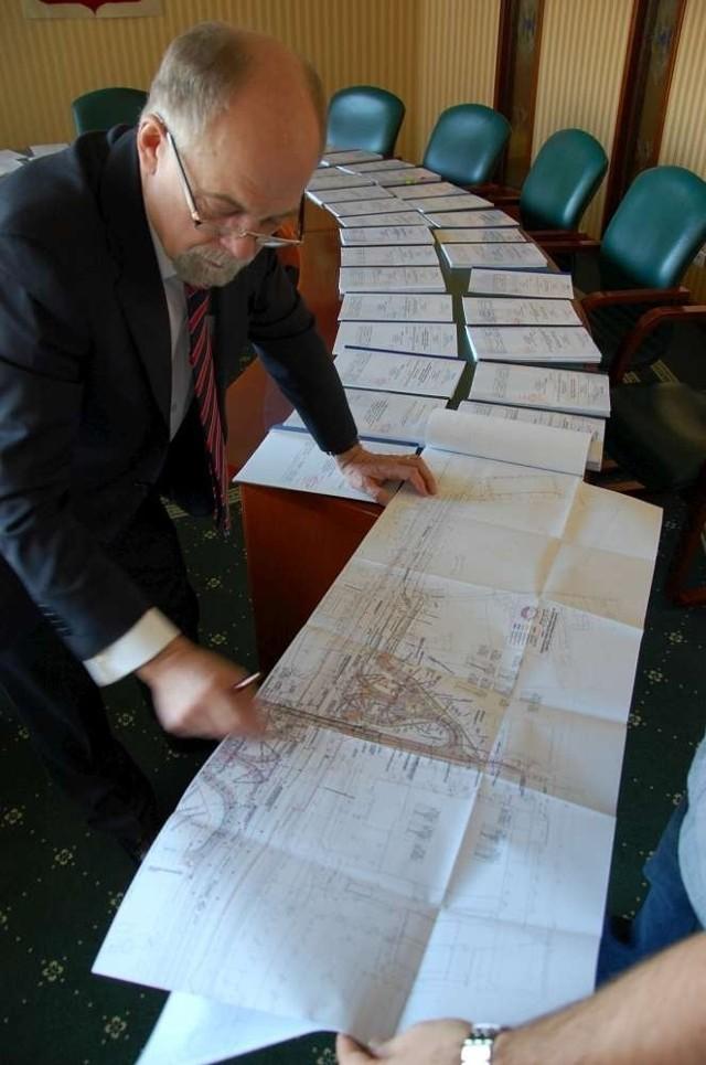 Wojewoda wielkopolski Piotr Florek podpisał zezwolenie na budowę wiaduktu drogowego nad drogą nr 92 w miejscowości Sady.