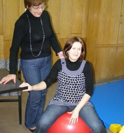 - Dziewczyny będą miały do dyspozycji na porodówce rozmaity sprzęt, choćby te piłki - opowiada położna Jolanta Budziszewska. Na piłce siedzi Magdalena Łukaszczyk-Ganecka.