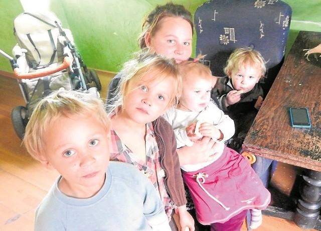 Sylwia Zielińska zamierza walczyć o swoje dzieci: roczną Milenę, 2-letniego Arnolda, 4-letniego Kamila, 6-letnią Nikolę i 9-letniego Oskara (nie ma go na zdjęciu). Odebrano jej prawa rodzicielskie.