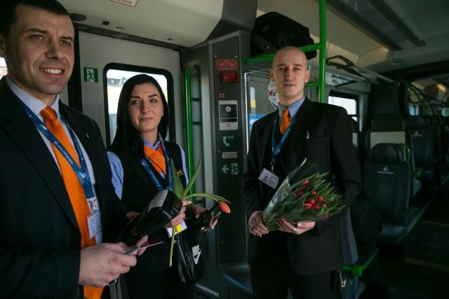 Kolejarze rozdawali kobietom kwiaty