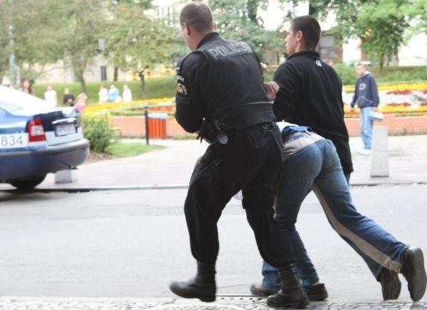 Policjanci zatrzymali 9 osób, w tym 6 mężczyzn i 3 kobiety.