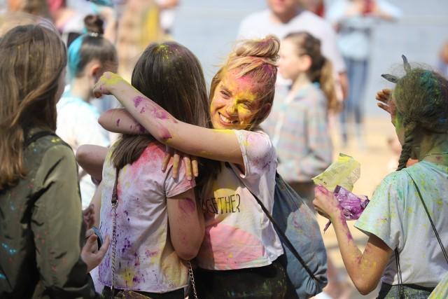 Plaża Dojlidy była miejscem Holi Festival. To Święto Kolorów w Białymstoku. Holi Festival trwa do godz. 21. Wyrzut proszków Holi co 30 minut.