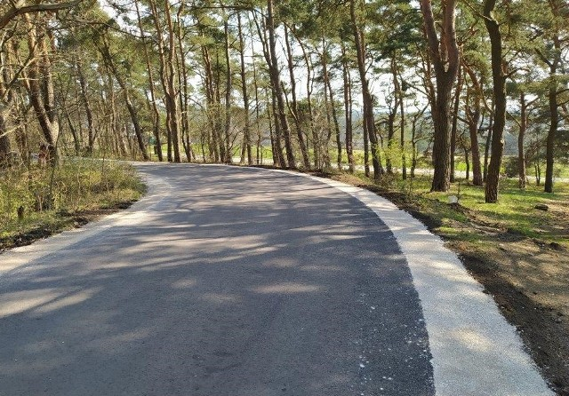 Na liczącym blisko 300 m odcinku ul. Zachodniej wykonano nawierzchnię, oczyszczono i wyrównano pobocze, usunięto też dzikie krzewy.