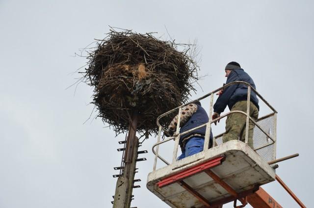Prace przy modernizacji gniazda trwały kilka godzin i kosztowały gminę przysłowiowe grosze. Bociany powinny przylecieć niebawem